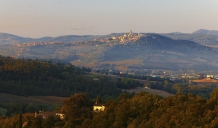 Early_Morning_light_on_Umbrian_Hilltop_town_of_Todi
