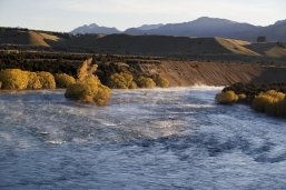 Upper_Clutha_Trails_Trust_river_track_Natural_NZ_landscape_the_mighty_Clutha_River_above_the_red_bridge_at_Luggate_Central_Otago_near_Wanaka_Airport
