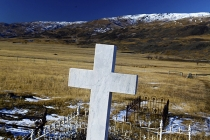 White_Marble_Cross_Tombstone_In_Nevis_Vallley_Cemetery_Central_Otago_in_winter_Old_Woman_Range_in_Distance