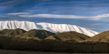 Panorama_of_Mt_St_Bathans_amp;_Chain_Hills_from_Nine_Mile_Station_in_the_Lindis_Pass_near_Tarras_central_Otago
